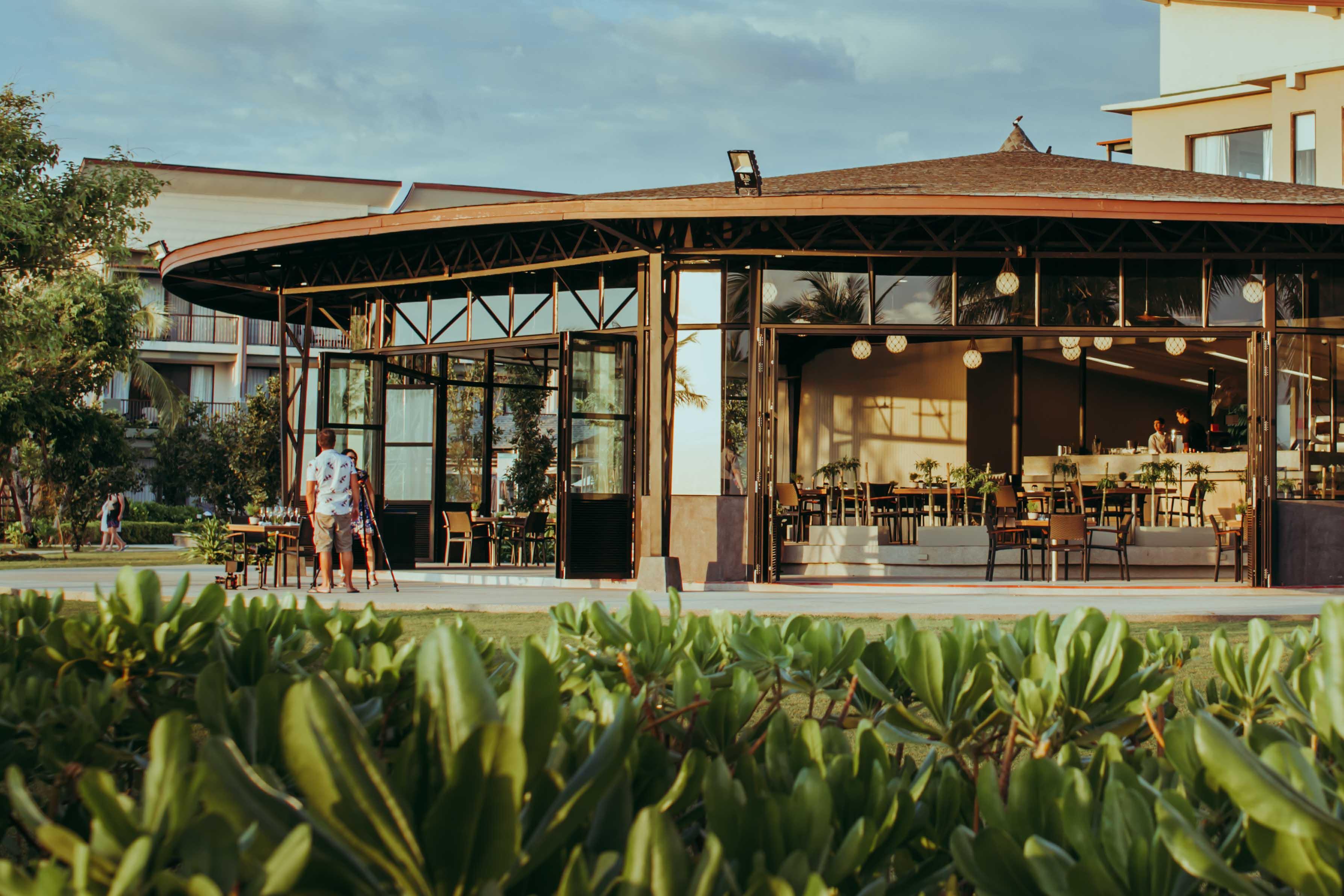 ได้ส่วนของห้องอาหาร-โซนอาหารและเครื่องดื่มถูกจัดตกแต่งสุดสวยล้อมรอบไปด้วยต้นไม้สีเขียว เลอเมริเดียน,เขาหลัก,รีสอร์ท,แอนด์สปา,พังงา,lemeridien